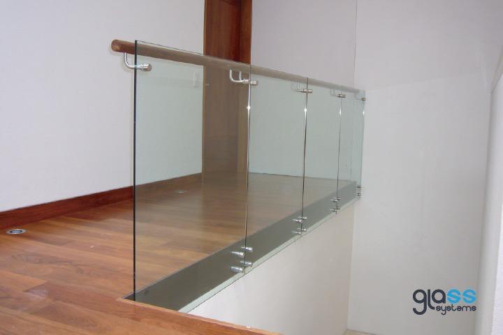 Barandal de cristal con herrajes y pasamanos glass systems - Pasamanos de cristal ...